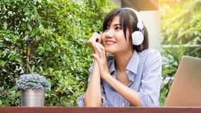 Οι όμορφες ασιατικές γυναίκες ακούνε τη μουσική Στοκ Φωτογραφία