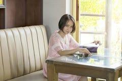 Οι όμορφες γυναίκες διαβάζουν το περιοδικό ευτυχές στοκ φωτογραφίες
