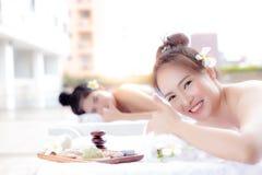 Οι όμορφες γυναίκες πελατών δίνουν τον αντίχειρα μέχρι το κατάστημα SPA στην πολυτέλεια RES στοκ φωτογραφία