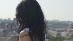 Οι όμορφες ελκυστικές θηλυκές στροφές γύρω στο έδαφος πόλεων scape, γυναίκα φαίνονται κάμερα φιλμ μικρού μήκους