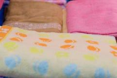 Οι όμορφες ζωηρόχρωμες πετσέτες λουτρών είναι στην πώληση Στοκ Φωτογραφίες