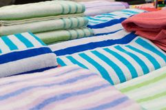 Οι όμορφες ζωηρόχρωμες πετσέτες λουτρών είναι στην πώληση Στοκ φωτογραφία με δικαίωμα ελεύθερης χρήσης