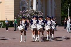 Οι όμορφες ηθοποιοί απόδοσης της ορχήστρας επίδειξης ομαδοποιούν τους τυμπανιστές συνόλων του krasnogvardeisky δήμου περιοχής Στοκ Φωτογραφία