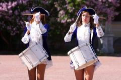 Οι όμορφες ηθοποιοί απόδοσης της ορχήστρας επίδειξης ομαδοποιούν τους τυμπανιστές συνόλων του krasnogvardeisky δήμου περιοχής Στοκ φωτογραφίες με δικαίωμα ελεύθερης χρήσης