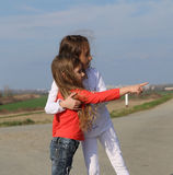 Οι όμορφες μικρές αδελφές έχουν τη διασκέδαση Στοκ εικόνες με δικαίωμα ελεύθερης χρήσης