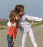 Οι όμορφες μικρές αδελφές έχουν τη διασκέδαση Στοκ Εικόνες