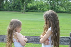 Οι όμορφες μικρές αδελφές είναιες η μια στην άλλη Στοκ Εικόνα