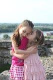 Οι όμορφες μικρές αδελφές φιλούν Στοκ εικόνες με δικαίωμα ελεύθερης χρήσης