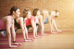 Οι όμορφες νέες γυναίκες κάνουν τις ασκήσεις από κοινού Στοκ φωτογραφίες με δικαίωμα ελεύθερης χρήσης