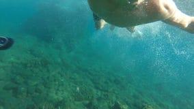 Οι όμορφες νέες κολυμβητών ακτίνες ήλιων δυτών κατάδυσης υποβρύχιες ποτίζουν την τροπική ελευθερία χαλάρωσης διακοπών διακοπών θέ φιλμ μικρού μήκους