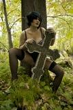 Οι όμορφες νεολαίες μαύρισαν το πλήρες Nude ουκρανικό κορίτσι σε ένα υπόβαθρο της πράσινης βλάστησης Στοκ Εικόνα