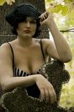 Οι όμορφες νεολαίες μαύρισαν το πλήρες Nude ουκρανικό κορίτσι σε ένα υπόβαθρο της πράσινης βλάστησης Στοκ Εικόνες