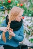 Οι όμορφες ξανθές πλεξούδες κοριτσιών πλέκουν, πλεκτό πουλόβερ, χειμερινή μαγική ημέρα, η αναδρομική φωτογραφία επίδρασης, σιτάρι Στοκ εικόνα με δικαίωμα ελεύθερης χρήσης
