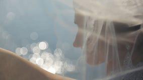 Οι όμορφες στάσεις fiancee ποτίζουν πλησίον στο χρόνο ημέρας απόθεμα βίντεο