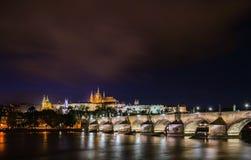 Οι όμορφοι νυχτερινοί φωτισμοί του Κάστρου της Πράγας, της γέφυρας του Charles και του καθεδρικού ναού του ST Vitus απεικόνισαν σ στοκ εικόνες