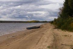 Οι όχθεις του ποταμού με μια βάρκα στοκ εικόνες