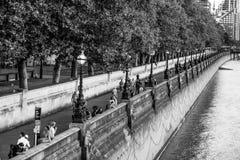 Οι όχθεις του ποταμού Τάμεσης στο Λονδίνο - το ΛΟΝΔΙΝΟ - τη ΜΕΓΑΛΗ ΒΡΕΤΑΝΊΑ - 19 Σεπτεμβρίου 2016 Στοκ Εικόνα