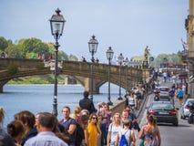 Οι όχθεις του ποταμού Arno στη Φλωρεντία - μια δημοφιλής θέση - ΦΛΩΡΕΝΤΙΑ/ΙΤΑΛΙΑ - 12 Σεπτεμβρίου 2017 Στοκ Φωτογραφία