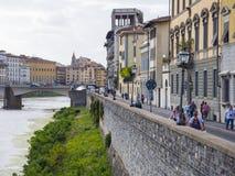 Οι όχθεις του ποταμού Arno στη Φλωρεντία - τη ΦΛΩΡΕΝΤΙΑ/την ΙΤΑΛΙΑ - 12 Σεπτεμβρίου 2017 Στοκ Φωτογραφία