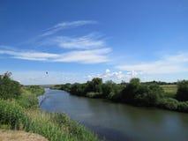 Οι δύο όχθεις του ίδιου ποταμού στοκ εικόνες