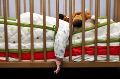 Οι ύπνοι μωρών βάζουν έξω το χέρι για το σπορείο Στοκ φωτογραφία με δικαίωμα ελεύθερης χρήσης