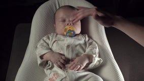 Οι ύπνοι μωρών στο κουκούλι στρωμάτων, το φως εξασθενίζουν φιλμ μικρού μήκους