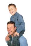 οι ώμοι πατέρων s κάθονται το γιο στοκ φωτογραφία