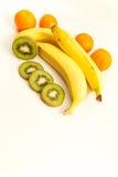 Οι ώριμα μπανάνες και tangerine ακτινίδιων στο λευκό Στοκ φωτογραφία με δικαίωμα ελεύθερης χρήσης