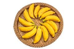 Οι ώριμες μπανάνες σε έναν δίσκο μπαμπού απομονώνουν whaitbackground με το clipp στοκ εικόνες