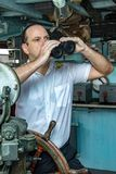Οι helmsman στάσεις στο πηδαλιουχείο στοκ φωτογραφίες με δικαίωμα ελεύθερης χρήσης