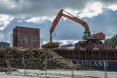 Οι MV Falkbris ξεφορτώνουν την ξυλεία Στοκ εικόνα με δικαίωμα ελεύθερης χρήσης