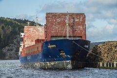 Οι MV Falkbris ξεφορτώνουν την ξυλεία Στοκ εικόνες με δικαίωμα ελεύθερης χρήσης