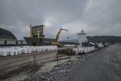 Οι MV Komet ΙΙΙ ξεφορτώνουν τα χημικά αγαθά Στοκ Φωτογραφίες