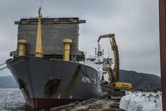 Οι MV Komet ΙΙΙ ξεφορτώνουν τα χημικά αγαθά Στοκ Φωτογραφία
