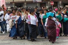 Οι Quechua γυναίκες σε Punchi Warmi παρελαύνουν σε Cotacachi Ισημερινός Στοκ εικόνα με δικαίωμα ελεύθερης χρήσης