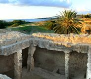 Οι searchaeological τάφοι περιοχών στάσεων ασπίδων των βασιλιάδων στη Δημοκρατία Pafos του κύματος προειδοποίησης κινδύνου Cyprus στοκ φωτογραφία με δικαίωμα ελεύθερης χρήσης