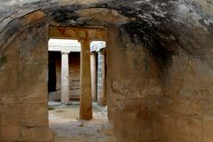 Οι searchaeological τάφοι περιοχών στάσεων ασπίδων των βασιλιάδων στη Δημοκρατία Pafos του κύματος προειδοποίησης κινδύνου Cyprus στοκ εικόνες