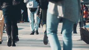 Οι Unrecognizable άνθρωποι περπατούν κατά μήκος της για τους πεζούς οδού πόλεων Στοκ εικόνα με δικαίωμα ελεύθερης χρήσης