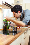 δοκιμή σούπας νοικοκυρώ& Στοκ Εικόνες