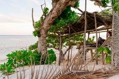 Οκνηρή καλύβα παραλιών sunsets στην ακτή κοραλλιών των Φίτζι στοκ εικόνες με δικαίωμα ελεύθερης χρήσης