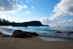 Οκνηρή παραλία στην ηλιόλουστη θερινή ημέρα Koh νησί Rong Sanloem, οκνηρή παραλία Καμπότζη, Ασία στοκ εικόνες
