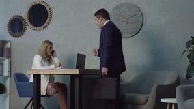 Οκνηρός ρεσεψιονίστ πολυάσχολος με το τηλέφωνο που αγνοεί τον πελάτη απόθεμα βίντεο