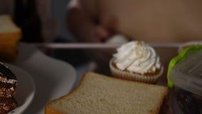 Οκνηρό παχύ άτομο που παίρνει το γλυκό κρεμώδες επιδόρπιο από το ψυγείο, φτηνή ανθυγειινή διατροφή απόθεμα βίντεο