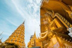 Οκτάγωνη παγόδα και μεγάλο χρυσό άγαλμα του Βούδα στο ναό σπηλιών Wat Tham SuaTiger, περιοχή Tha Muang, Kanchanaburi, Ταϊλάνδη Στοκ εικόνα με δικαίωμα ελεύθερης χρήσης