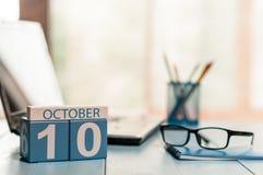 10 Οκτωβρίου Ημέρα 10 του μήνα, ημερολόγιο στο υπόβαθρο εργασιακών χώρων αναλυτών η έννοια φθινοπώρου απομόνωσε το λευκό Κενό διά στοκ εικόνα με δικαίωμα ελεύθερης χρήσης