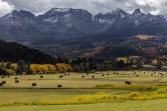 1 Οκτωβρίου 2016 - διπλό αγρόκτημα RL κοντά σε Ridgway, Κολοράντο ΗΠΑ με τη σειρά Sneffels στα βουνά του San Juan Στοκ Εικόνα