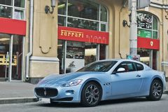 8 Οκτωβρίου 2015, Κίεβο, Ουκρανία  Maserati GranTurismo κοντά στον αντιπρόσωπο Ferrari Ιταλικό Supercar στοκ φωτογραφία με δικαίωμα ελεύθερης χρήσης