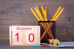 10 Οκτωβρίου ξύλινο ημερολόγιο κινηματογραφήσεων σε πρώτο πλάνο Χρονικός προγραμματισμός και επιχειρησιακό υπόβαθρο Στοκ Εικόνες