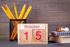 15 Οκτωβρίου ξύλινο ημερολόγιο κινηματογραφήσεων σε πρώτο πλάνο Χρονικός προγραμματισμός και επιχειρησιακό υπόβαθρο Στοκ εικόνα με δικαίωμα ελεύθερης χρήσης