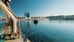 20 Οκτωβρίου 2018 Tugboat με ένα άσπρο εποικοδόμημα και μια σκούρο μπλε φλούδα αγνοεί τη στενή δίοδο στο λιμένα της Οδησσός απόθεμα βίντεο